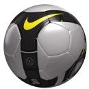 Hedefi 12`den Vuran ve Üstün Bir Görünürlük Sunan Futbol Topu: Yeni Nike Total 90 Omni