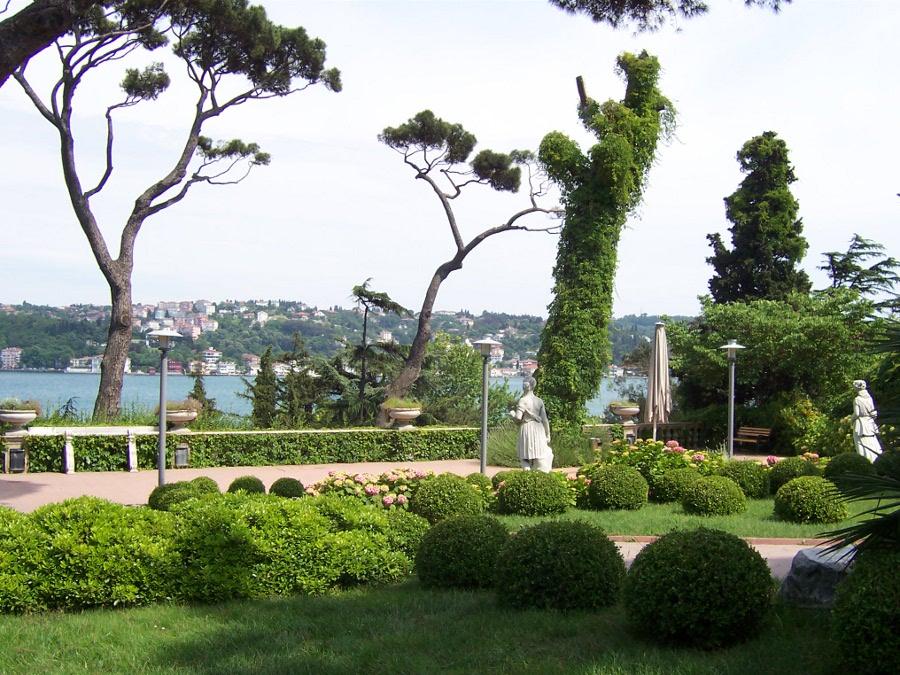 Sabancı Müzesi Bahçesi - Emel Demircioğlu