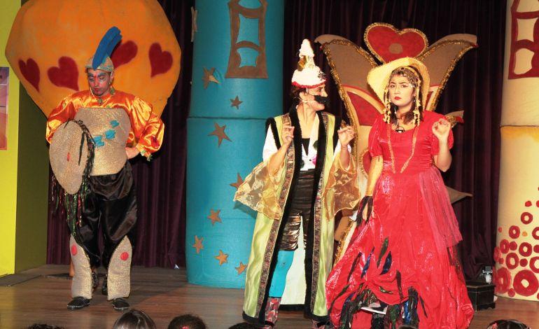 Çocuklar Ahşap Ayna Yapıyor, Sahnede Tiyatro Oyunları İzliyor