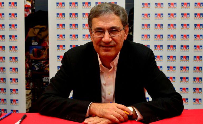 """Orhan Pamuk yeni romanı """"Kırmızı Saçlı Kadın""""ı ilk kez D&R Kanyon'da imzaladı"""