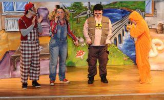VİKO Çocuk Tiyatrosu'ndan Öğrencilere 23 Nisan Hediyesi