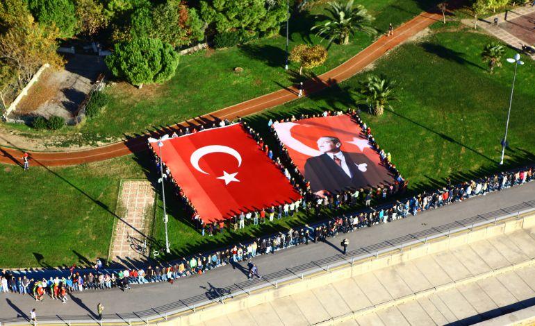 10 Kasım'da Atatürk İçin El Ele Ata'ya Saygı Zinciri