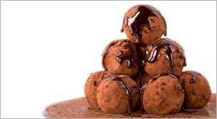 Minik Eller Çikolatalı Truf Yapıyor