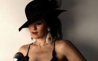 Siyah Şapkalı Kadın