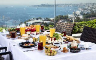 Conrad İstanbul Bosphorus'tan 'Bir Pazar Klasiği': Boğaz'a Nazır Enfes Türk Kahvaltısı