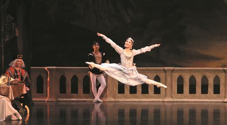 St. Petersburg Ballet Theatre - Kuğ