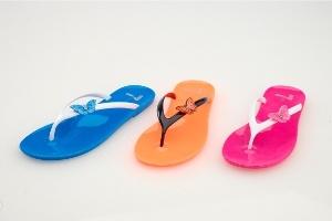 FLO'nun Sandalet ve Terlikleri Yazı Renklendiriyor