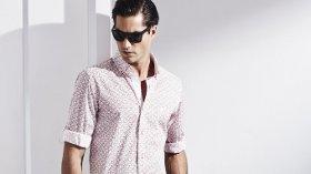 Beyaz Kısa Kollu Gömlekleriyle Sportif Şıklığını Öne Çıkarıyor