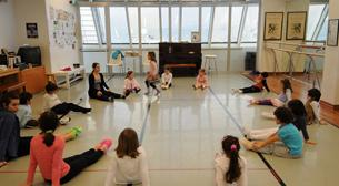 Aileler Çocuklarıyla Birlikte Müziğin Ritminde Dans Ediyor