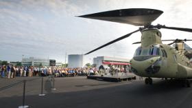 """Boeing, İlk ABD Ordusu """"Çok Yıllı II Yapılandırılmış"""" Chinook Teslimatını Yaptı"""