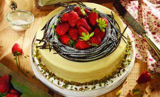 Özsüt'ten Gösterişli Lezzet:Çilekli Antep Fıstıklı Pasta