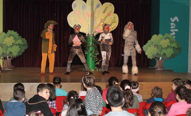 Çocuklar 'Atatürk Rozeti' Yapıyor