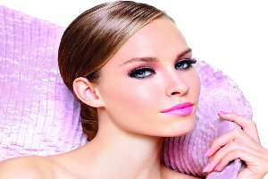 Sıcak Yaz Günlerinde Makyajın Odak Noktası: Göz Kapakları