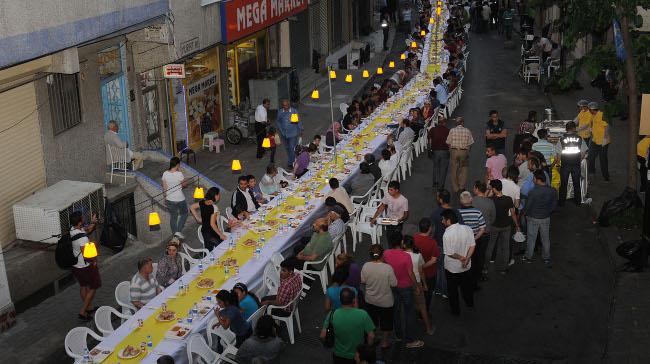 Şişli'deki Sokak İftarlarında, Paylaşımın En Güzel Örnekleri Yaşanıyor